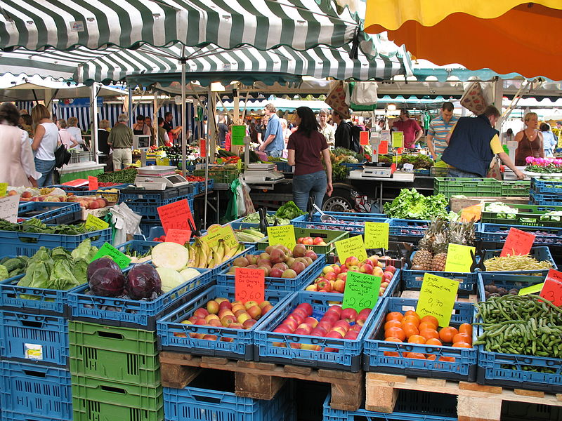 Summer_Farmers'_Market_in_the_Domplatz